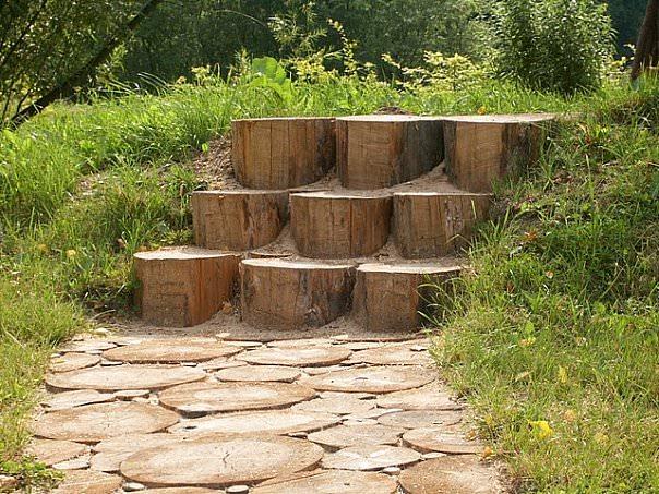 Садовое мощение деревянными спилами