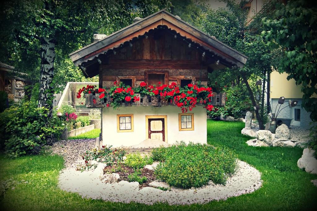 Большой красивый садовый дом своими руками