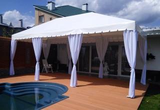 Большой белый шатер для летнего отдыха