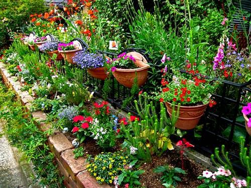 Небольшой огороженный садик перед домом