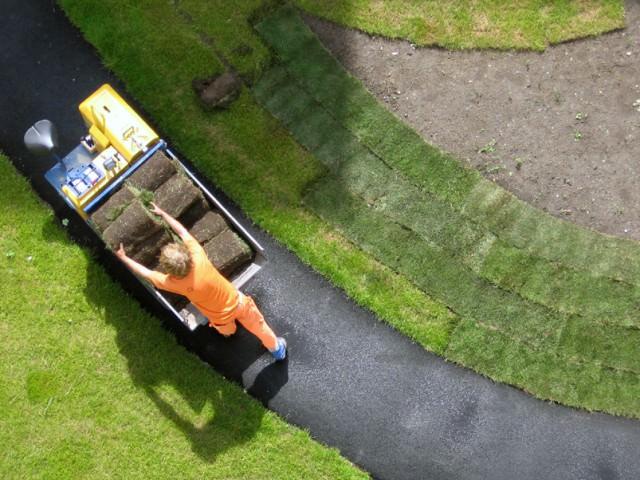 Как делается футбольный искусственный газон?