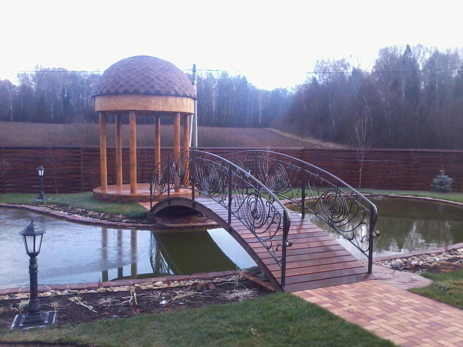 Садовый мостик из металла зеленого цвета