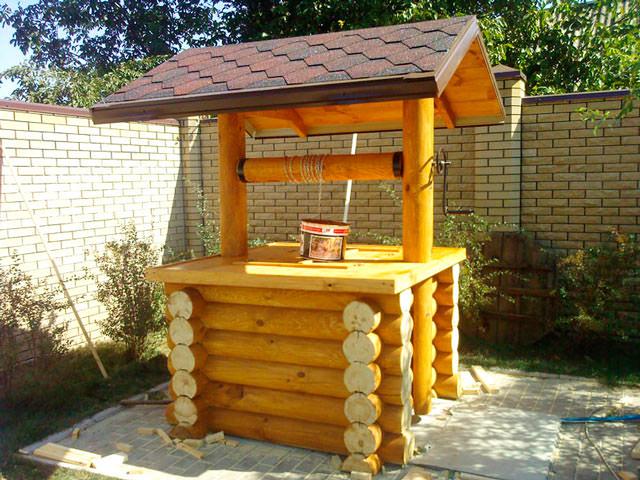Рубленый домик на колодец