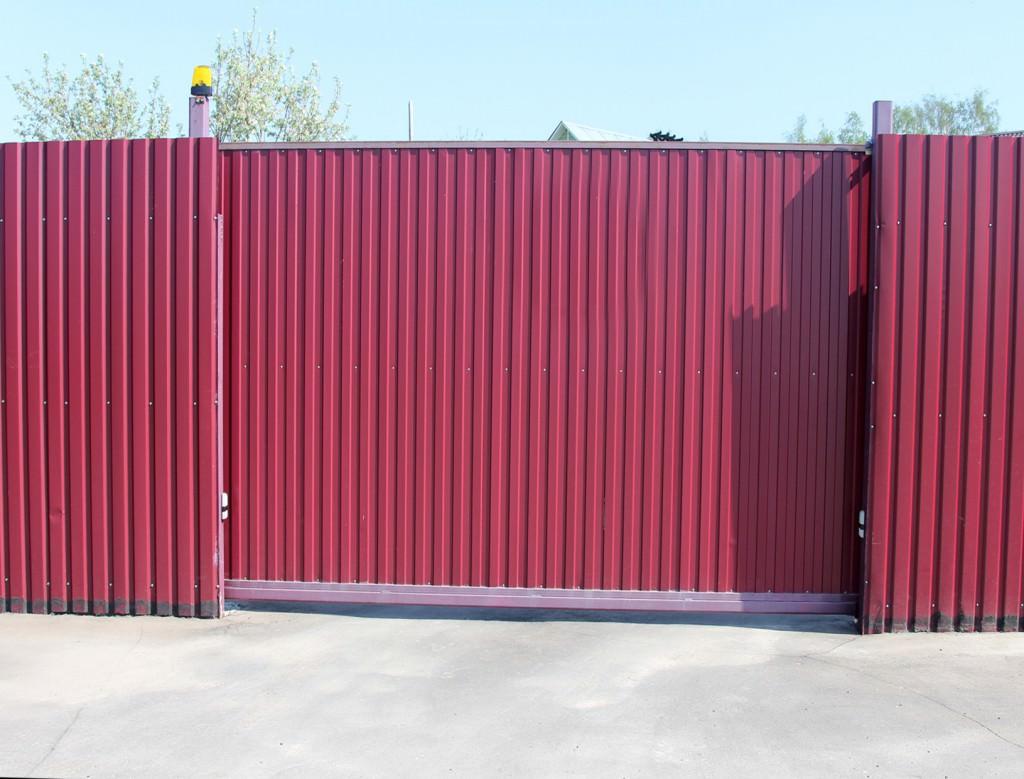 Заборы из профнастила с гаражными воротами