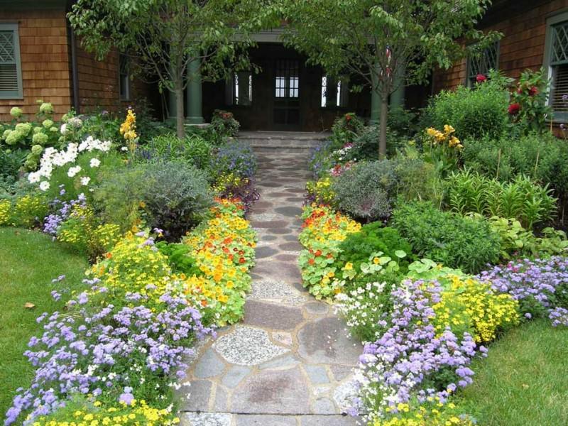 Сочная зелень и яркие цветы зрительно расширяют участок