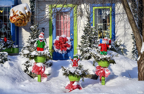 Традиционное новогоднее оформление двора