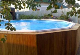 Деревянный бассейн на приусадебном участке