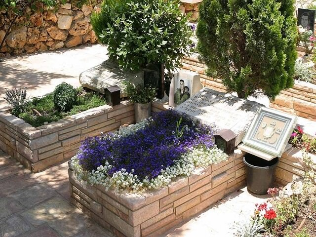 Как украсить могилу?