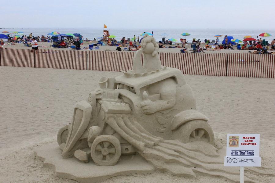 Фигуры из песка на пляже
