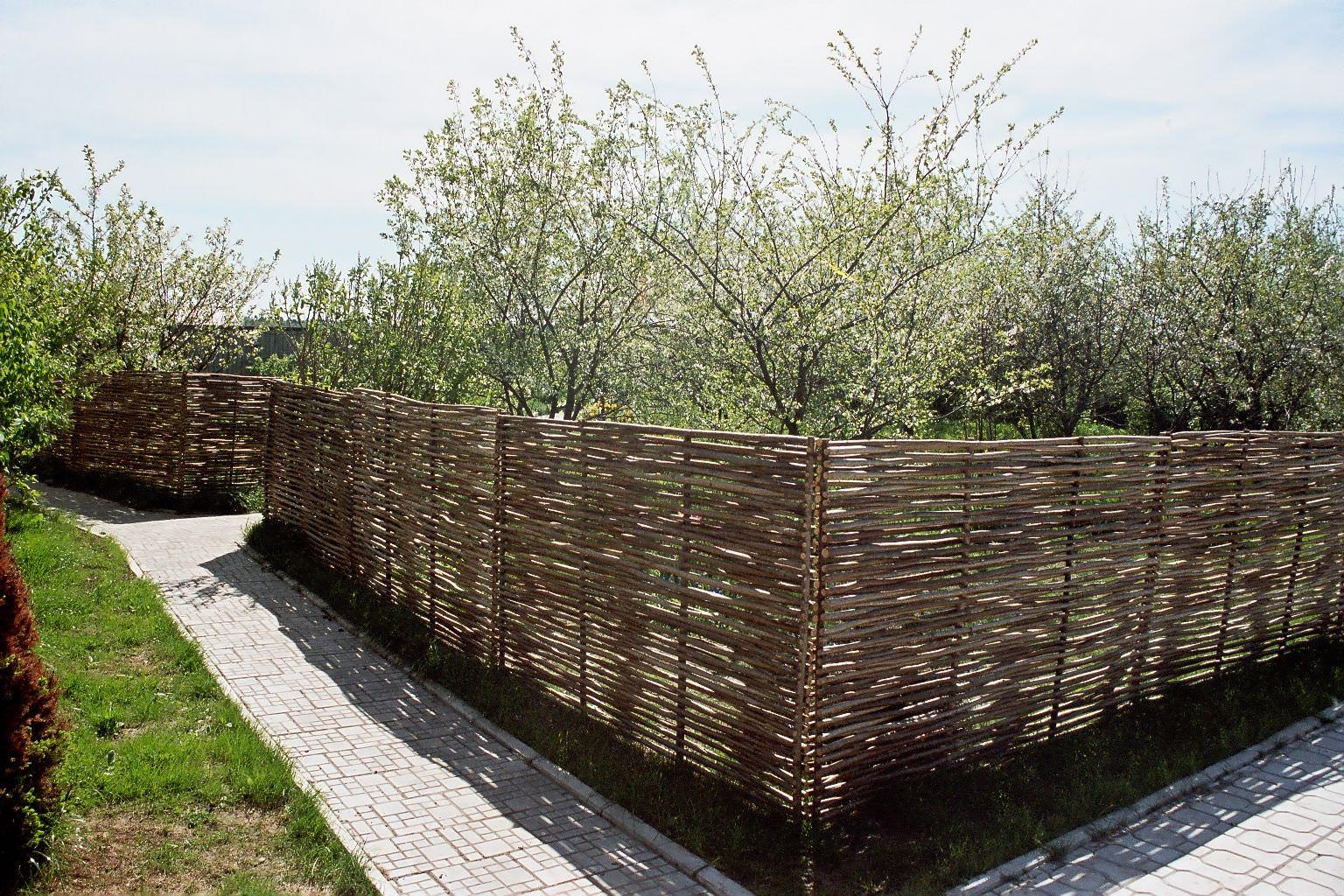 Оригинальный защитный барьер из плетня