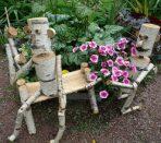 Забавная садовая скульптура из дерева