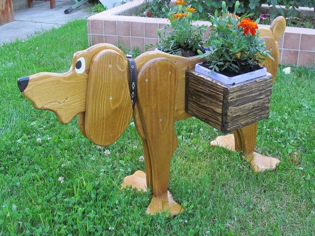 Деревянная собака для сада