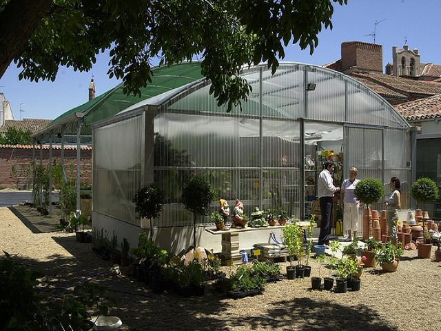 Подсветка растений в теплице из поликарбоната