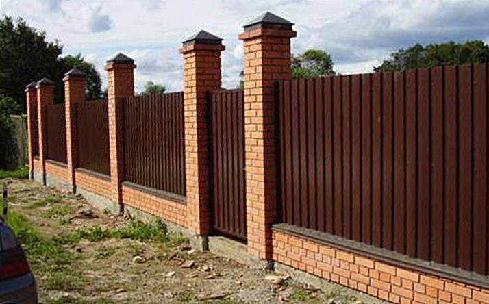 Комбинированный забор из профнастила и Дерева