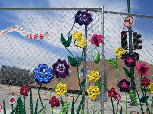 Как украсить сетку садовую искуственными цветами?