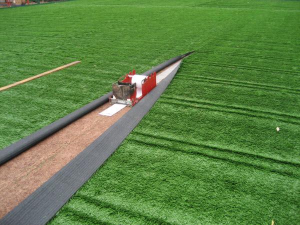 Как стелить искусственный газон для футбола?