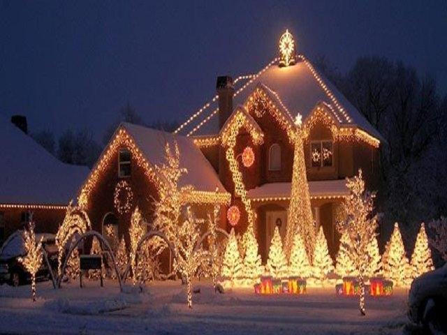 Украшение новогоднего фасада дома
