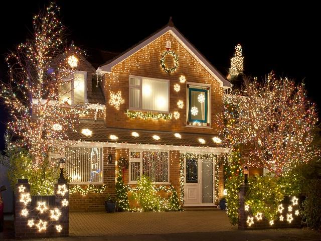 Дома украшенные снаружы гирляндами