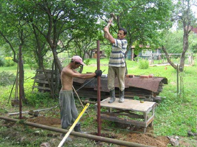 Установка садовых столбов
