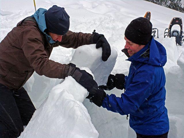 Как сделать из снега домик?