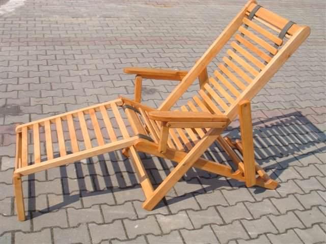 Деревянный шезлонг на тротуарной плитке
