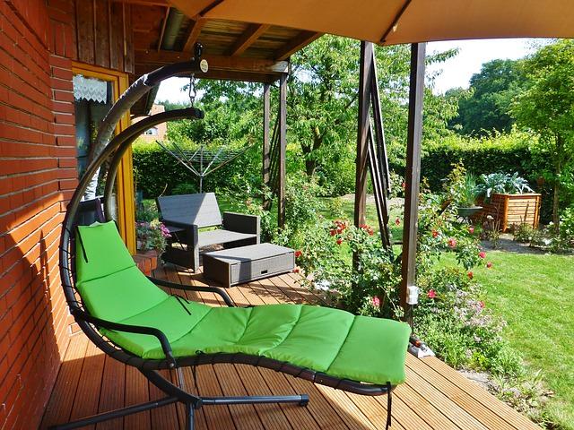 Шезлонг с зеленым сиденьем на террасе