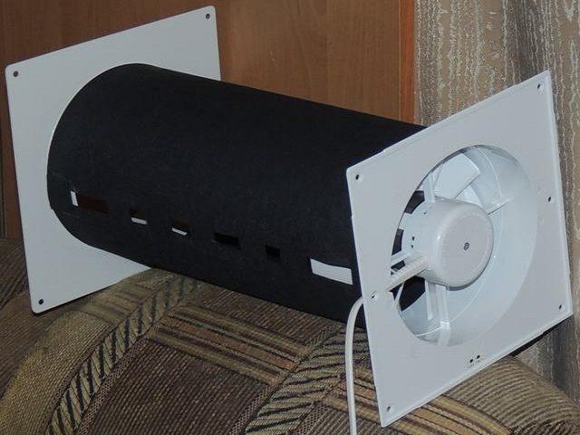 Угольный фильтр лежит на спинке кресла