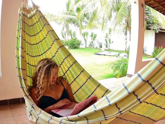 Девушка отдыхает в бразильском гамаке