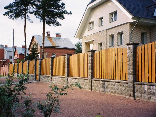 Улица с домомами, стоящими близко к забору