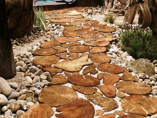 Широкая дорожка из спилов, обрамленная камнями