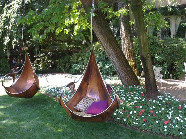 Два гамака-качели под деревьями