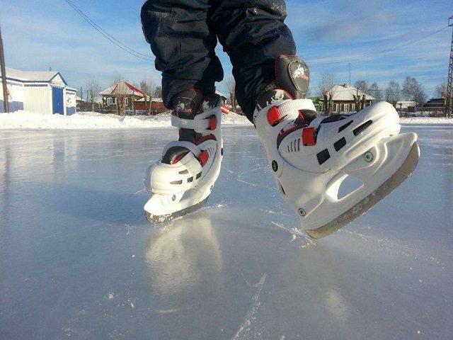 Мальчик в коньках на катке