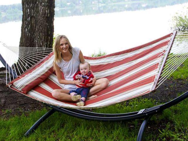 Мама с ребенком сидят в гамаке