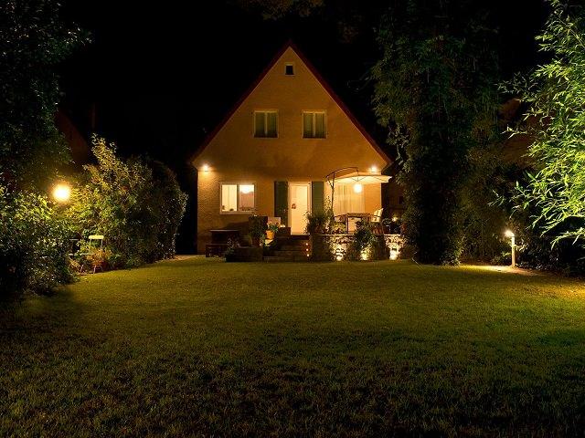 Освещенные дом и двор вечером