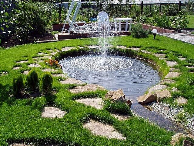 Небольшой пруд с ручейком и фонтаном на даче