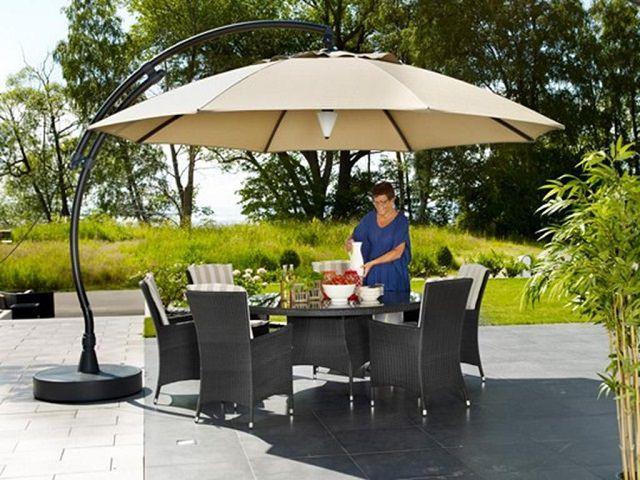 Накрытый стол под большим зонтом тентом для дачи