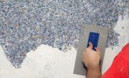 Грунтование стены бетоноконтактом