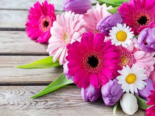 Букет с герберами, ромашками и тюльпанами