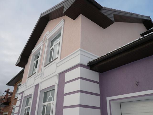 Дом покрыт декоративной фасадной штукатуркой