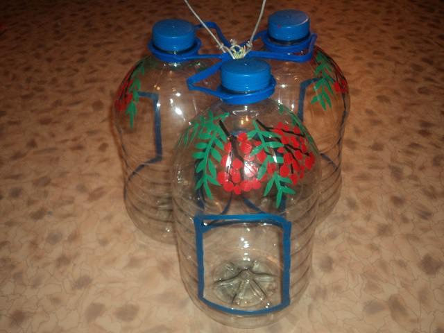 Кормушка для птиц из бутылок своими руками фото