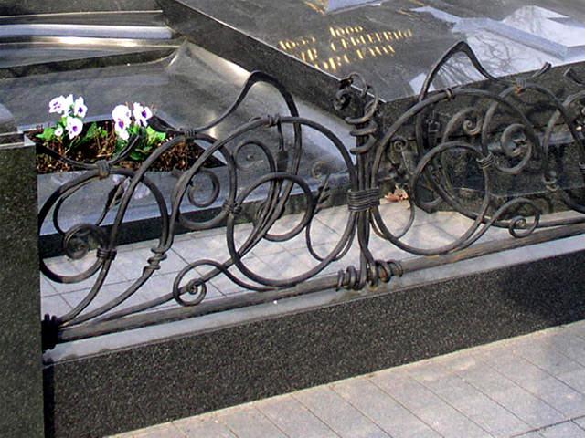 Варианты и элементы ограды на кладбище