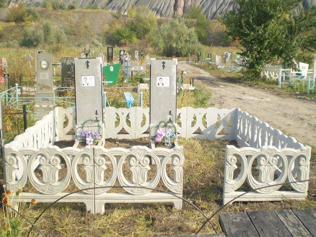 Бетонная ограда на кладбище