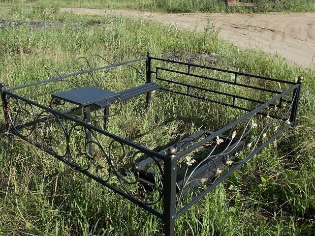 Ограда на кладбище из металла