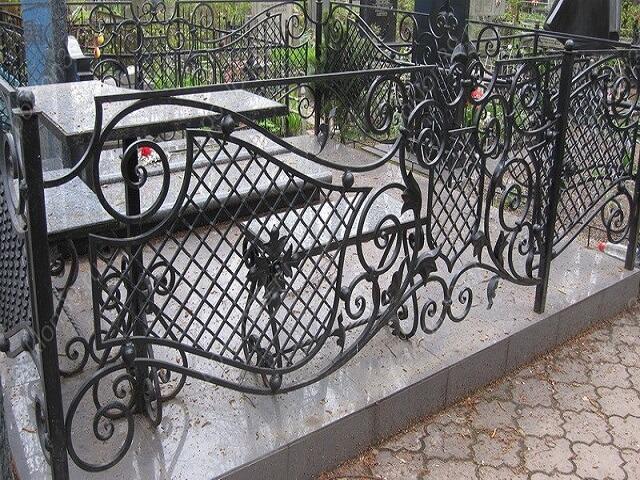 Ажурная ограда на кладбище