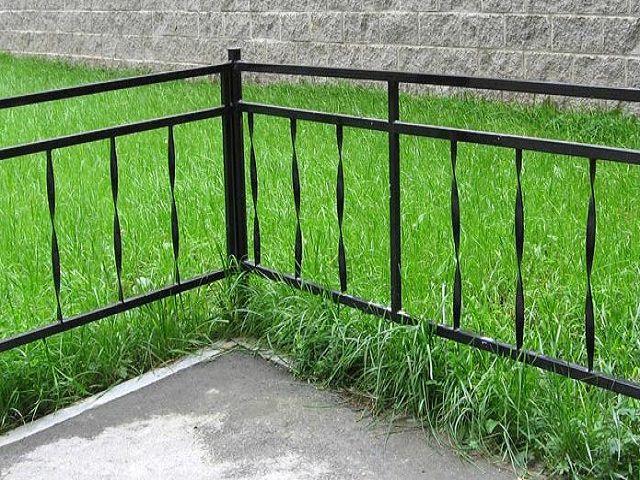 Металлическая ограда на кладбище. выполненная своими руками