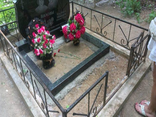 Установленная ограда на кладбище