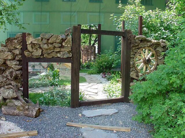 Использование зеркал в саду