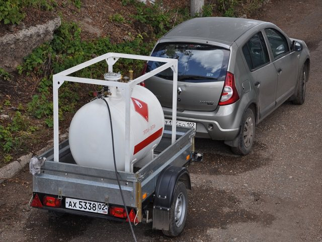Автомобиль везет мобильный газгольдер