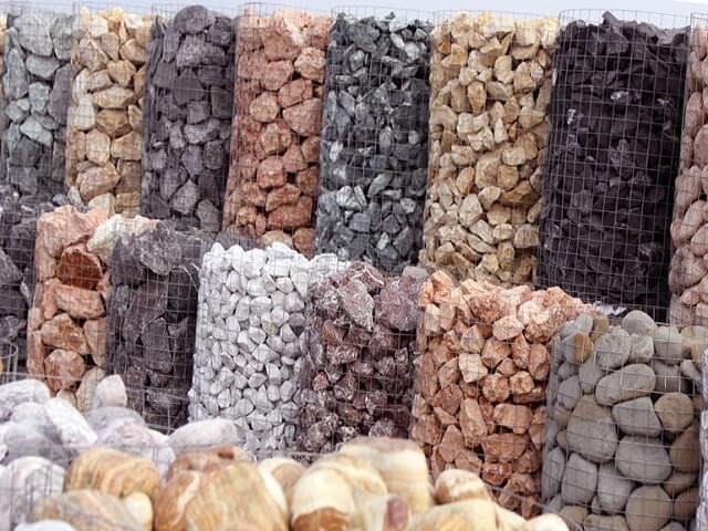 Габионы, наполненные разными камнями
