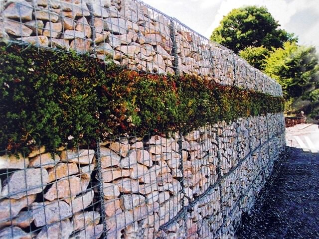 Стена из габионов на даче